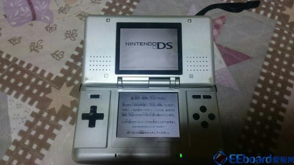 不充电照样开机 日本网游打开存放了10多年的NDS掌机