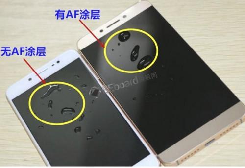 左:无AF镀膜屏幕,右:有AF镀膜屏幕