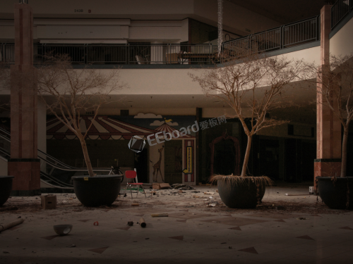 in-the-nearly-two-years-since-it-closed-chicagos-lincoln-mall-has-transformed-from-a-vibrant-shopping-center-into-an-eerie-deserted-wasteland