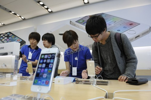 Apple Inc Starts To Sell New iPhone 5S And iPhone 5C