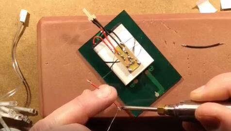 教科书的电路设计方案-diy一款动感的太阳能露天灯
