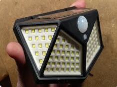 搭载100个LED的太阳能花园灯拆解:硬核分析电路是如何设计的?